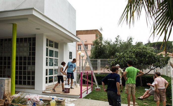 Voluntarios pintan el cole de Navajas