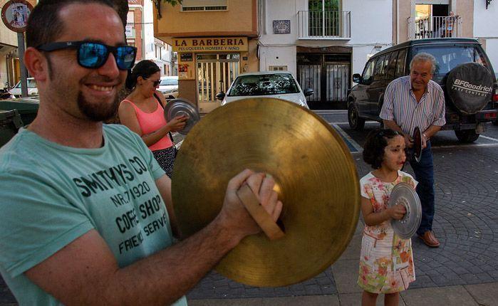 Cacerolada de Altura y Cerdanyola. Los vecinos del municipio castellonense y catalan luchan contra la instalación de antenas dentro del pueblo.