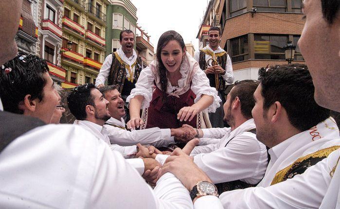 La Reina disfruta con la Comisión de Toros. Foto:J.Plasencia.