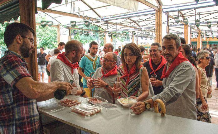 Degustando los manjares segorbinos. Foto: José Plasencia.