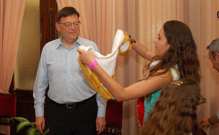 Ana Torres coloca el pañuelo a Ximo Puig. Foto:J.P.