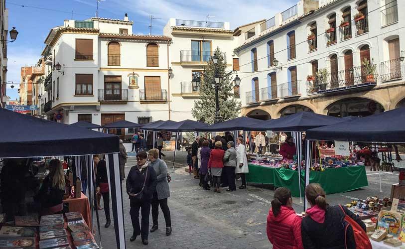 La plaza es animada por los compradores. Foto:A.I.