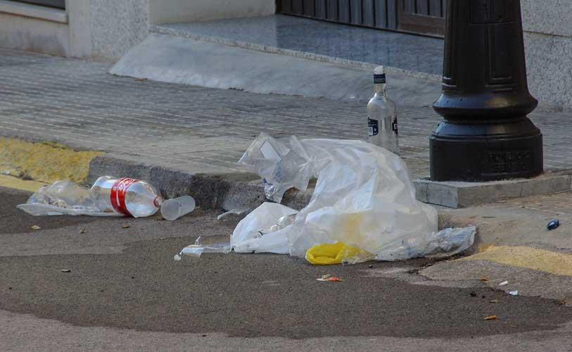 Basura de los botellones. Foto:J,P.
