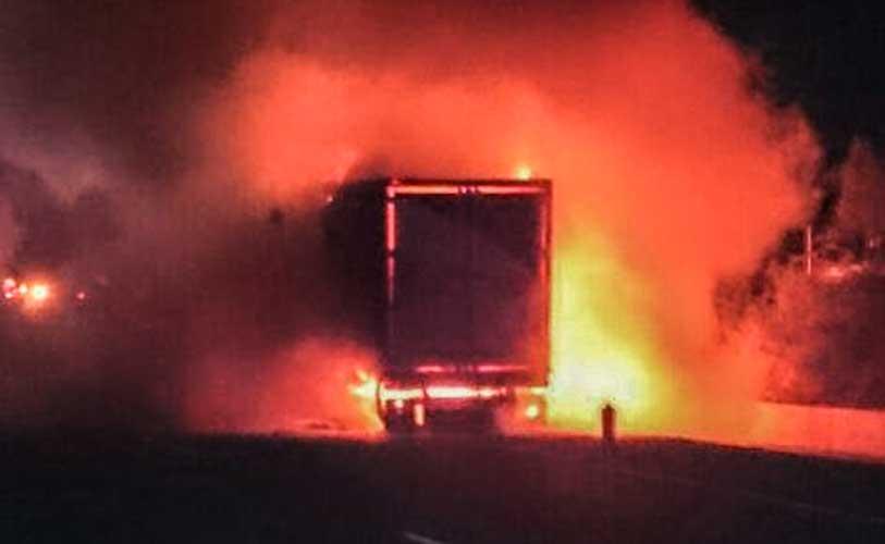 El camión ardió por completo. Foto:IP.