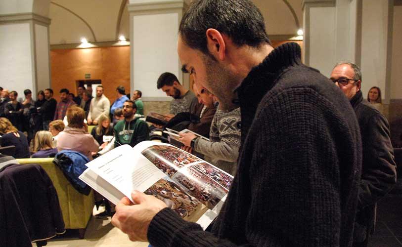 Vicen Plasencia ojeando el libro. Foto: J.P.