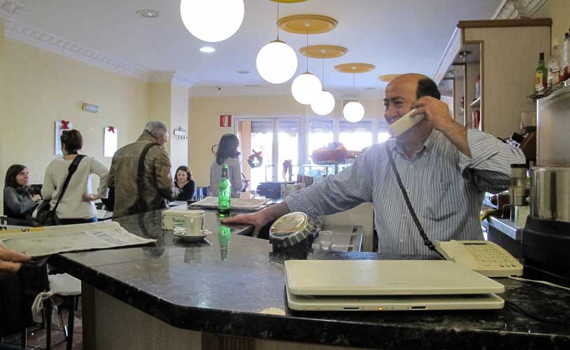 Ramón regalo participaciones a su clientela. Foto:Ch.T.